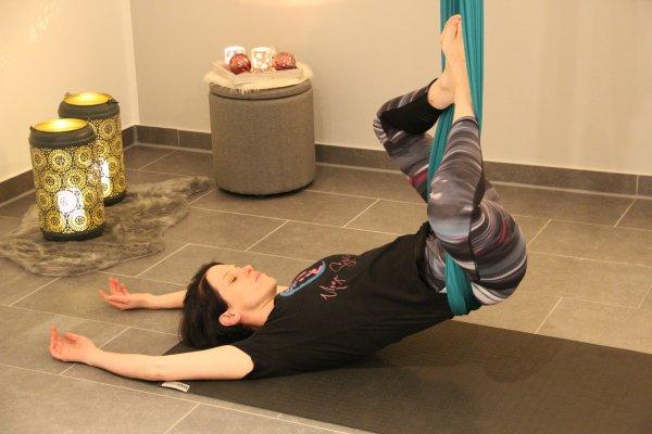 Aerial Yoga mit Hüfte im Tuch